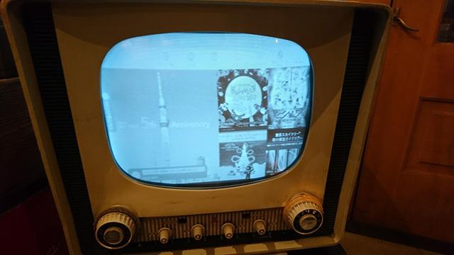 東京タワーが作られたころのテレビで、東京スカイツリーを見る