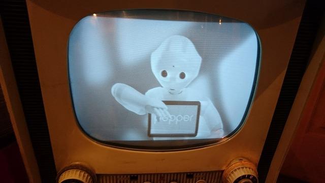 真空管テレビの中には、あのとき夢見ていた未来のロボットが。