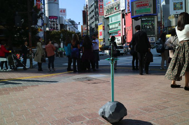 「どこでも伝説の剣」を使えば、街中に急に伝説の剣を出現させることができる