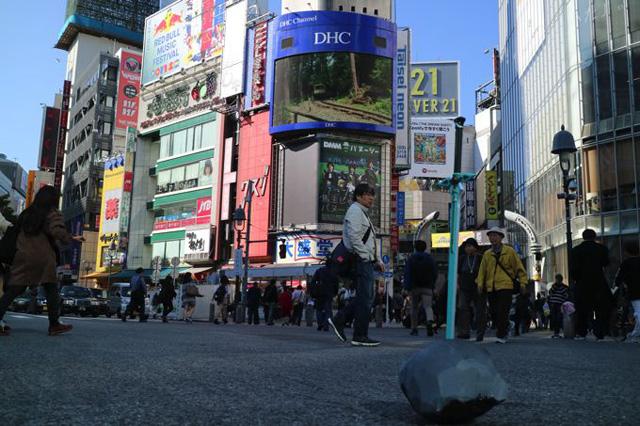 渋谷のセンター街にも伝説の剣を出現させた。