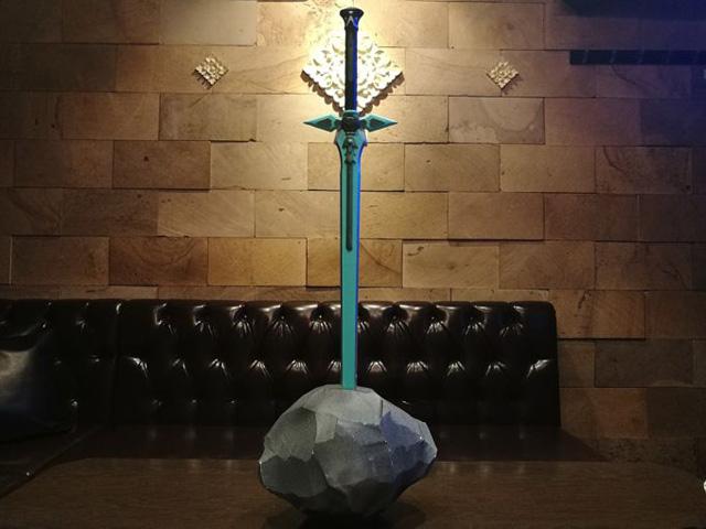 たしかにカッコイイ…壁の模様がシンメトリーで雰囲気でているし、光の当たり具合も「伝説の剣」にふさわしい。後光が差している…!