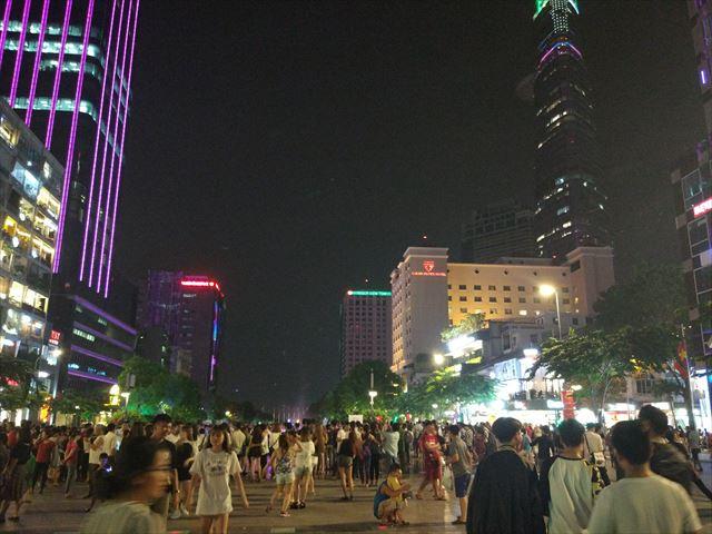「ベトナムの渋谷」ことグエンフエ通りに来ました。
