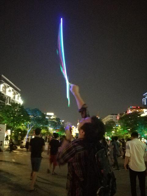 パシュッ!!と光りながら飛ぶ!!