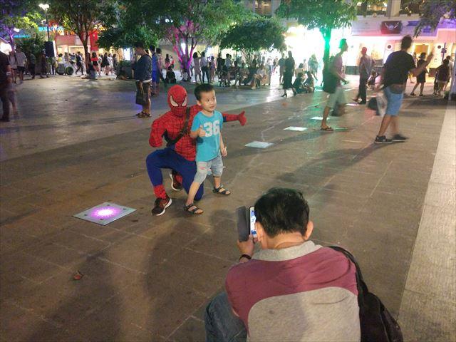 このスパイダーマンもハロウィンの仮装と思いきや、彼はいつもいます(飴を売っています)。