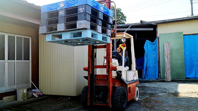 フォークリフトとはこういう荷物を運搬するやつです。