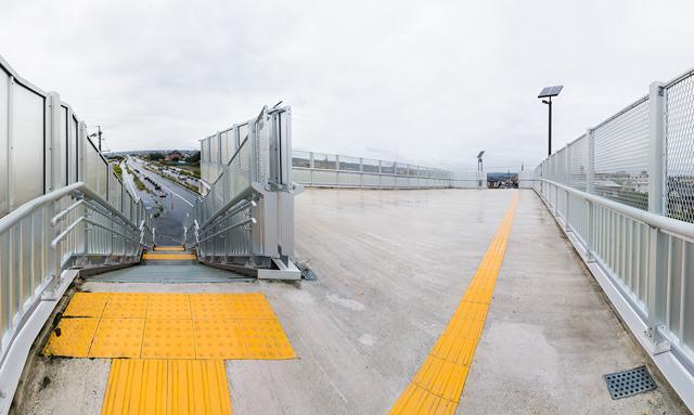 上にのぼるとようやく「歩道橋にしちゃなんだか広いな」となる。