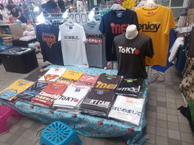 様々なデザインの中に「はじめまして」と「TOKYO」がまざる