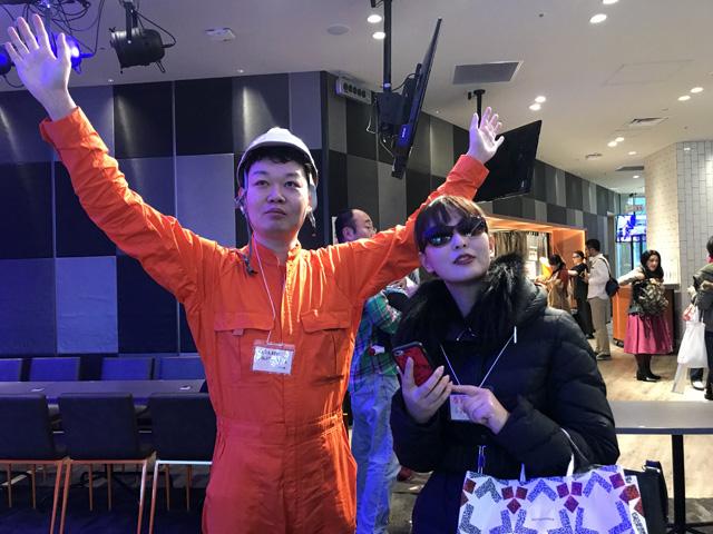 (左)人間大砲で飛ばされる社長(右)春節に日本橋三越で買い物をする観光客