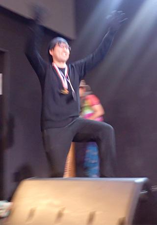 仮装大賞の黒子(合格して仮装の後ろから飛び出したところ)