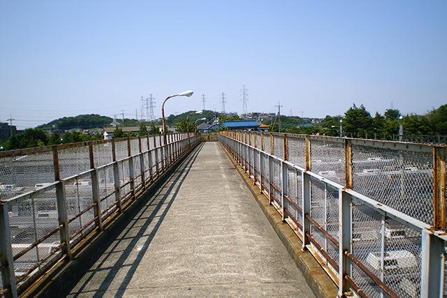 基地の真上に架かる橋
