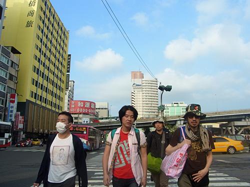 台湾のビートルズと呼ばれているバンドではなくて一緒に旅行に行った方々。後ろの緑のカバンが私です。