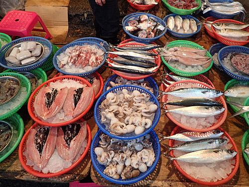 一番最初にここへ来ていたら気づかなかったかもしれないが、左の開かれた魚はサバヒー。上の方にある頭もサバヒー。