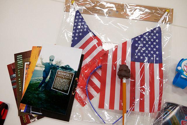 星条旗カチューシャとウンコ鉛筆(アメリカのダイソー)、エイリアンのポストカード(ロズウェルのUFO博物館)/購入者:ライター べつやくさん