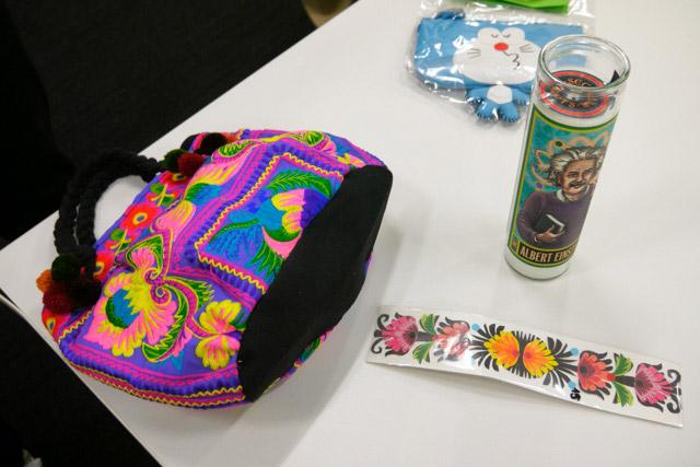 布ぶくろ(タイのチェンマイ)、アインシュタインろうそく(サンフランシスコの博物館)、花の切り絵(ポーランド)、ドラえもんっぽい小銭入れ?(タイのチェンマイの夜市)/購入者:編集部 藤原君