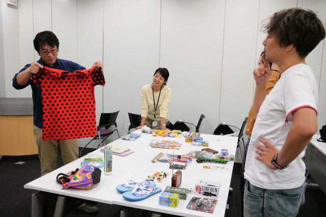 「イベントで前に出るときに服が地味だな……と思ってて」という西村さんに手渡される