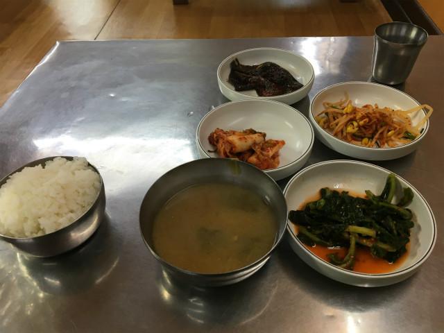 韓国の食堂だとこれぐらいのおまけがつくのが普通