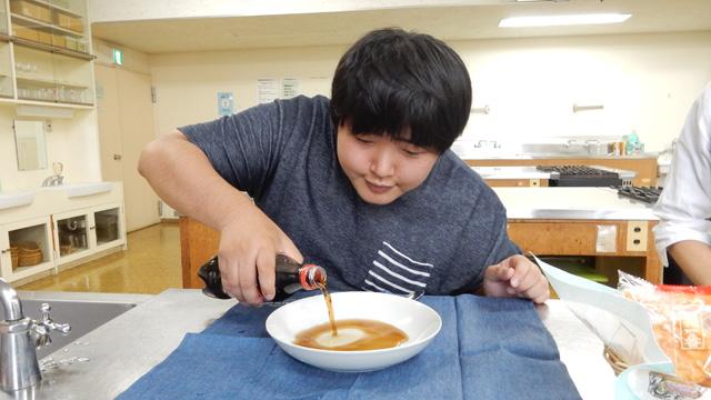 次はコーラである。写真はコカコーラ担当大臣、江ノ島さんがコカコーラを皿に注ぐ様子である。