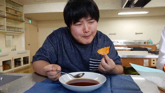 醤油飲みながらカラムーチョ食べているヤバい人に見える。