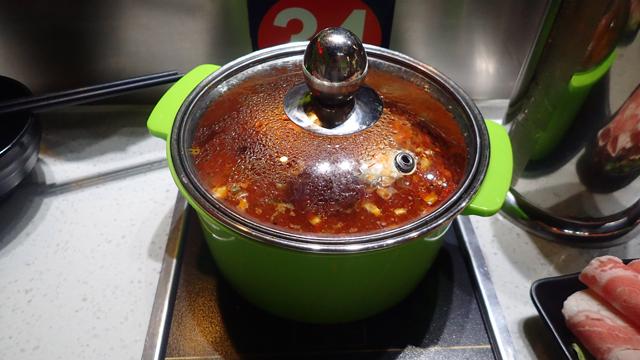 自宅っぽい鍋がきたぞ。風情がないといえばないのかもしれないけど、安定感はバツグン