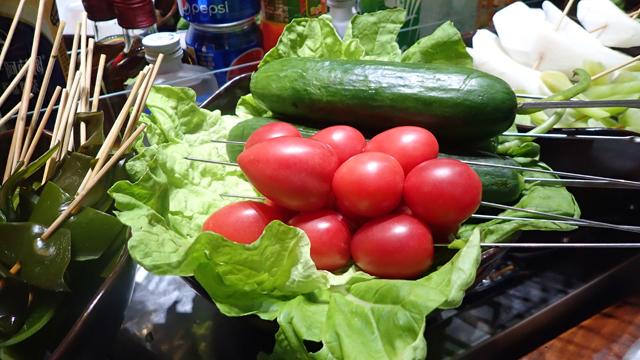 夏野菜の組み合わせがきた。これは多分、鍋に入れる前提じゃない。箸休めなのだろうか