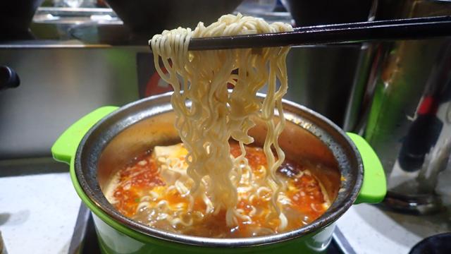 漢方の効いているスープでインスタント麺を食べるの、なんか相殺されてる感じで良いなぁ