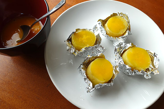 切って、卵黄を塗り