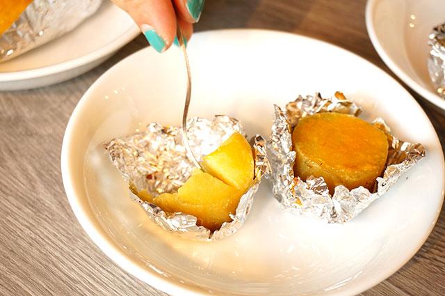 硬さがあるのでフォークを入れると卵黄部分がもっていかれてしまう! ただの芋だ