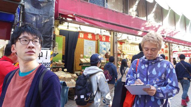 新宿の地上で唯一果物のにおいがした百果園。食べ歩きできるよう串に刺した果物がいつも売られている
