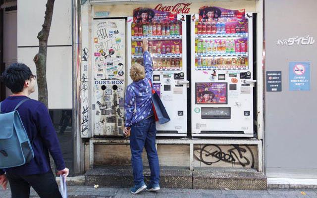 背の高い自動販売機を発見。成人男性でも背伸びしないと最上段に届かないが…