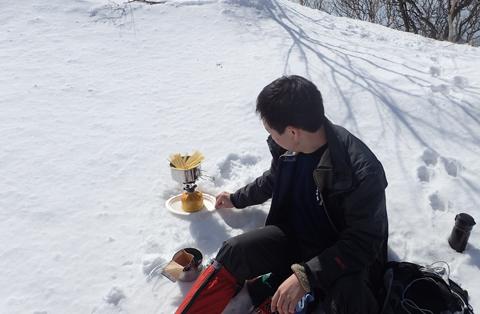 雪をコンロで溶かしてパスタを茹でて……