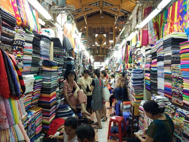ベトナムの市場。大半の売り子は暇さえあればスマホをいじるよ。