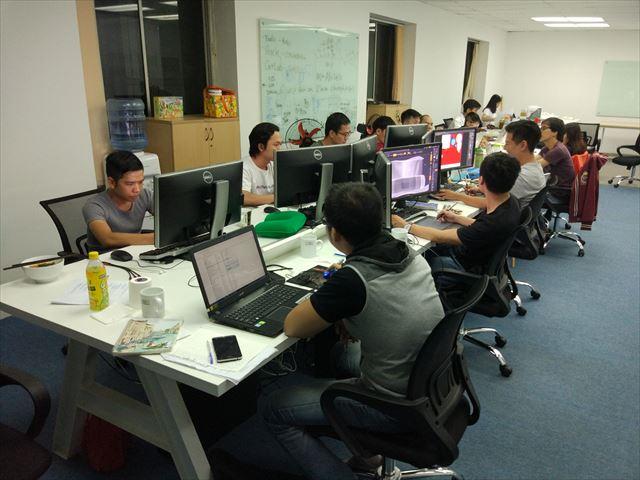 十数人がデスクを突き合わせての開発真っただ中。