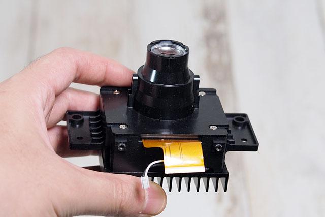 そんなある日、この部品を発見した。電子工作系の人にはおなじみ秋月電子通商で販売されている「ドーム型スクリーン用カラー液晶プロジェクタ」という小型プロジェクタ。なんとビックリ480円