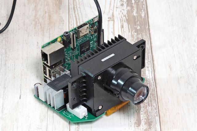 そのプロジェクタを使って、ラズベリーパイから出力した映像を投影できるように組み上げる。ラズパイとの接続には、こちらのインターフェースボードを使用した