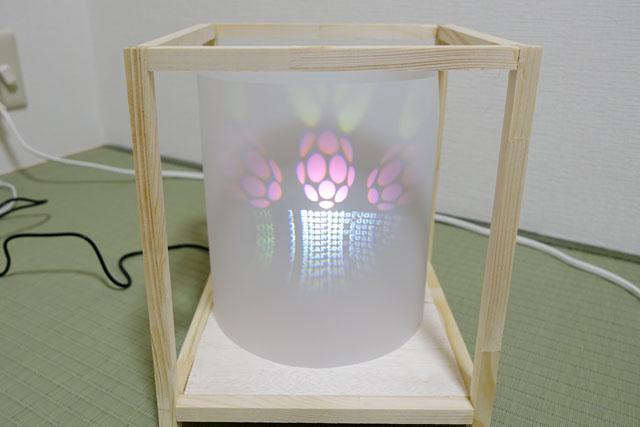 電源を入れると、無事にラズパイの起動画面が映し出された。ドーム用のプロジェクタを平面に投影しているため、画面の上下が激しく歪曲しているのにはひとまず目をつむることにする