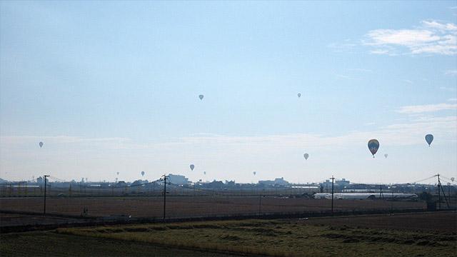 佐賀市のまちの上空を飛ぶバルーンたち。人生で初めて「ファンタスティック!」という言葉が口を飛び出した。