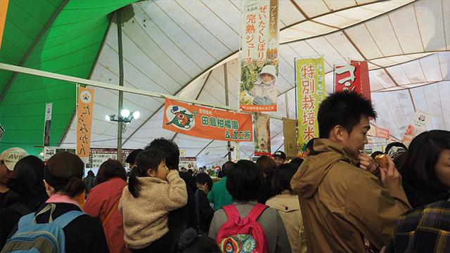 バルーン競技会場のすぐ隣の「うまかもん市場」。佐賀の名産が集まるとあってギュウギュウ!