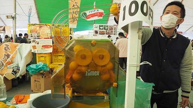 お目当てはこちらのみかんジュース!1杯100円。