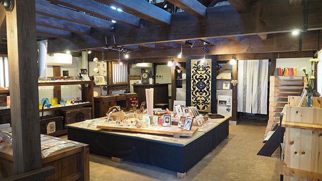 カラフルなびーどろのガラス工芸や、手すきの和紙などが売られていた。