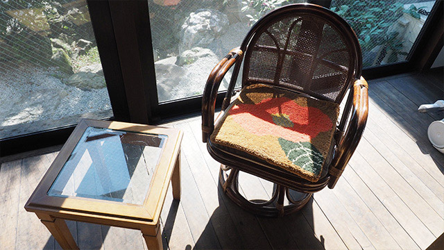 籐椅子にピッタリな「つばき柄」の鍋島緞通。かわいい。13万するけどね!