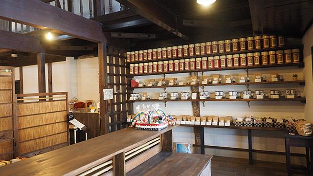 店に入って左右に紅茶が並び、奥にカフェ。いつもは店長がお客さん好みにブレンドしてくれるそうだ。