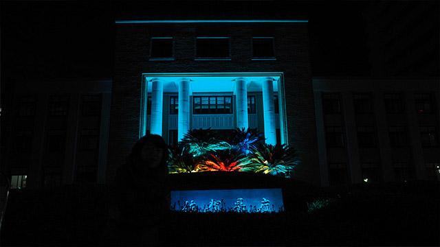 夜の佐賀県庁。怖い。