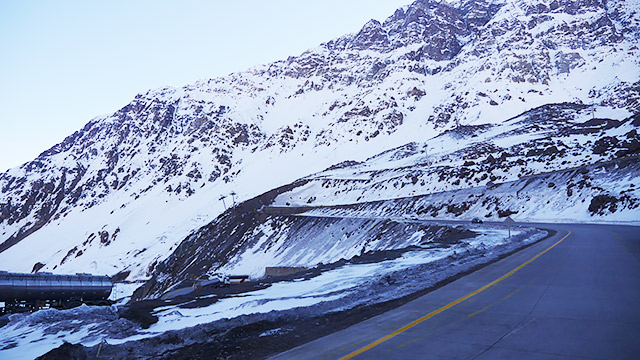 アンデス山脈をバスは走る