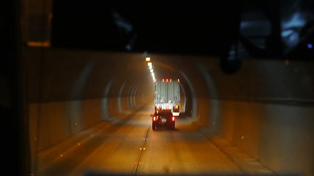 長いトンネルを抜けると、