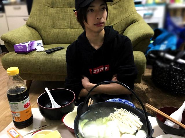 一方「カニとか牛肉の鍋を食える」のテンションで家に来たので「湯豆腐か…」となってしまった弟。
