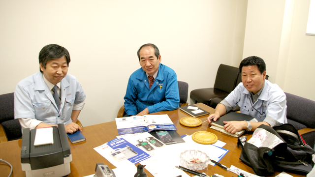 左から、セコニックの藤田さん、松沢さん、髙橋さん。