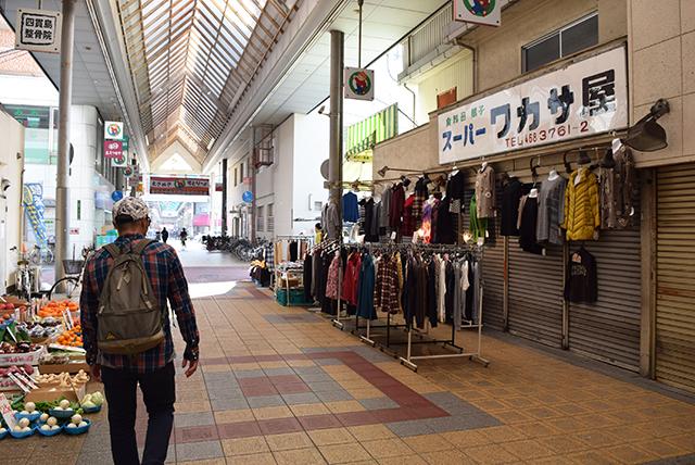 祝日の昼下がり。のどかな雰囲気の商店街。