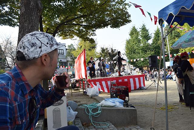 豚汁とラムコークを交互に飲みながらお祭りの出し物を見る。