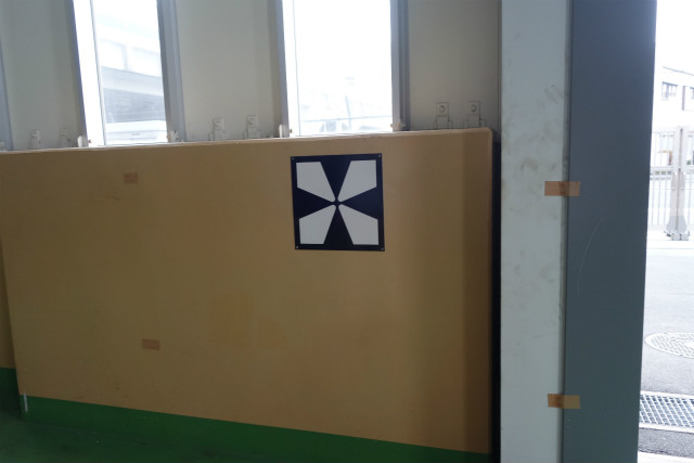 車止めが壁に書いてある