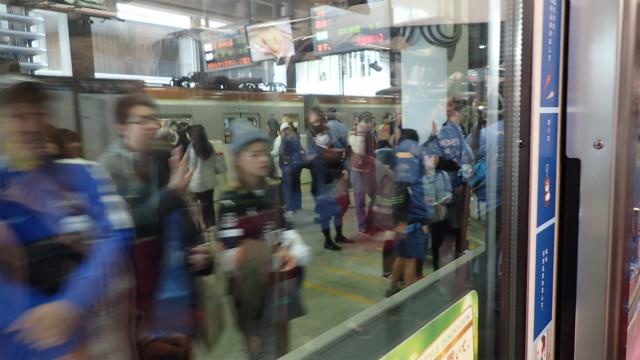 駅に停車するけどドアはあかない。普通のお客さんは「えっ?」となるが、サッカーの応援で埼玉スタジアム2002へ向かうために電車を待ってる人はすぐに「あ、サッカーの応援の貸切列車ね」と、手をふってくれる